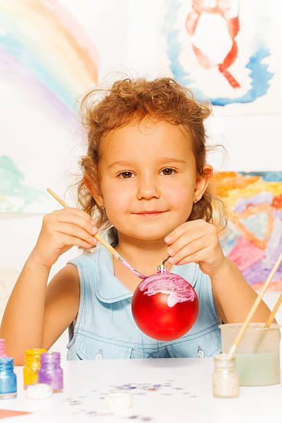 mädchen färben silvester-ball für christmas tree - weihnachtsbilder zum ausmalen stock-fotos und bilder