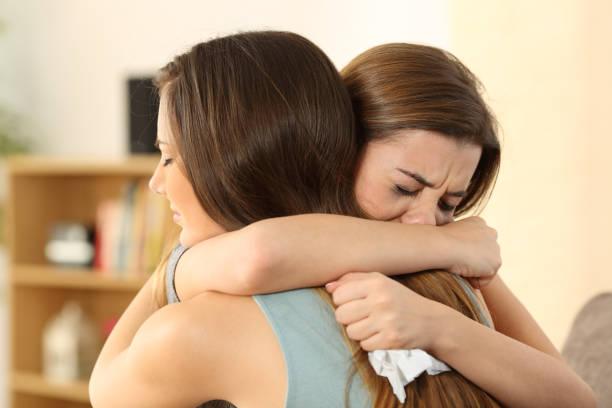 chica consolador a su mejor amiga triste - duelo fotografías e imágenes de stock