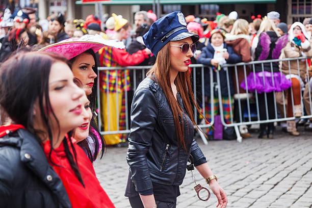 mädchen kostümierten als cop - karnevalskostüme köln stock-fotos und bilder