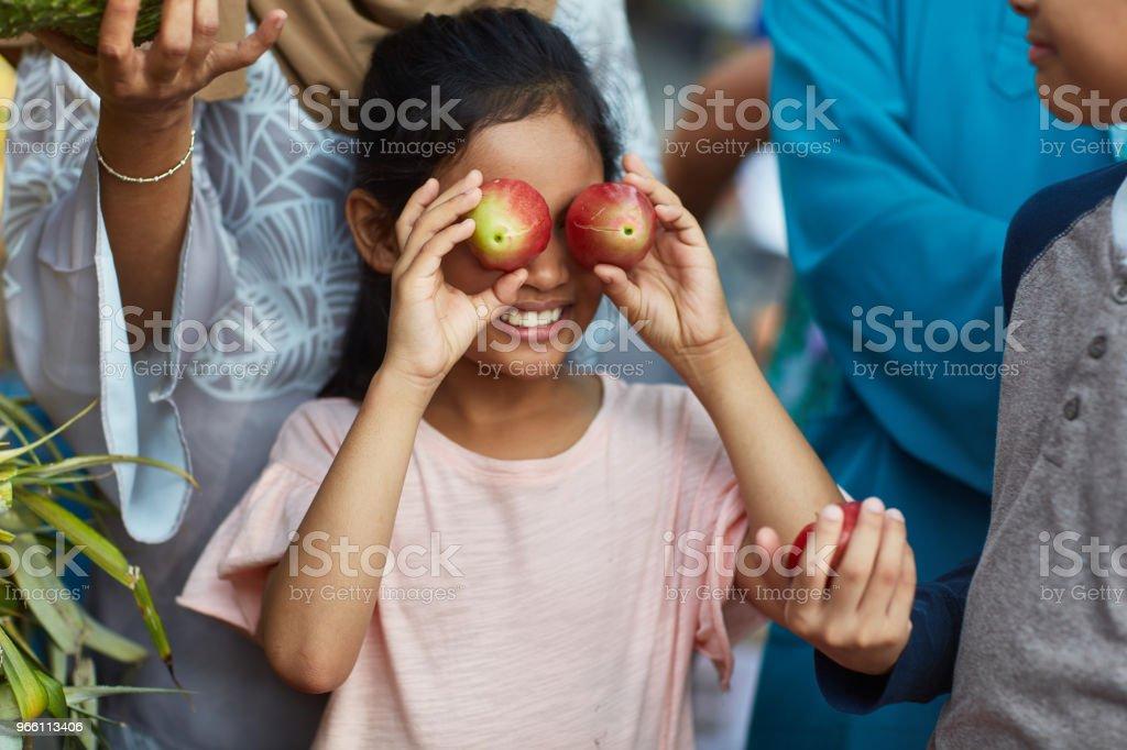 Mädchen für Augen mit Wasser Äpfel im Markt - Lizenzfrei 8-9 Jahre Stock-Foto