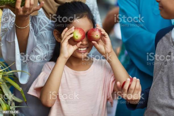 Flicka Som Täcker Ögonen Med Vatten Äpplen I Marknaden-foton och fler bilder på 8-9 år