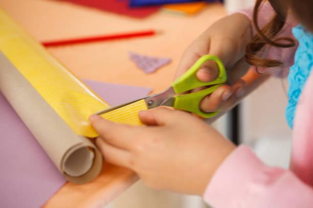 Mädchen schneiden farbige Papiere – Foto