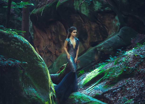 mädchen - dunkle königin - gothic kleid stock-fotos und bilder