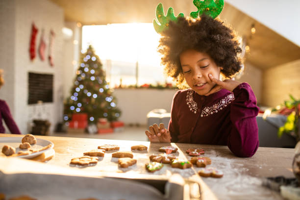 meisje versieren gingerbread koekjes - christmas stockfoto's en -beelden