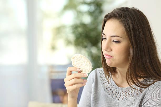 mädchen empört einem diätetik keks - zuckerfreie lebensmittel stock-fotos und bilder