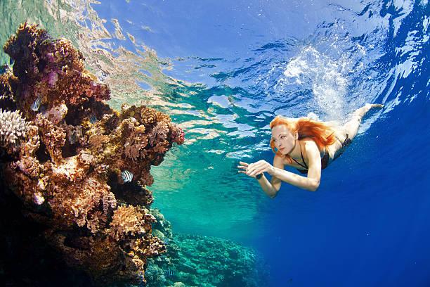 Mädchen Tauchen mit Korallen – Foto