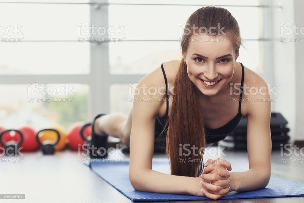 Chica haciendo ejercicio de tablón foto de stock libre de derechos