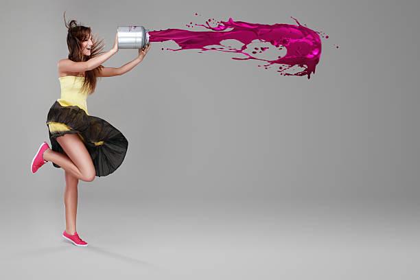 Mädchen tun splash mit einem Eimer Farbe – Foto