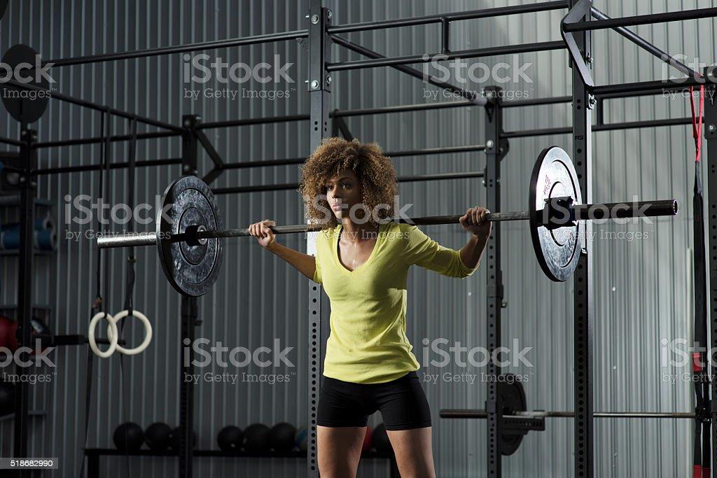 Chica haciendo se pone en cuclillas en el gimnasio - foto de stock