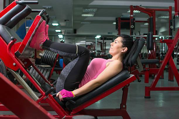 Girl doing the leg press - foto de stock