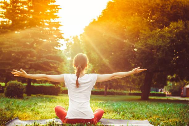 Mädchen tun yoga im Freien – Foto