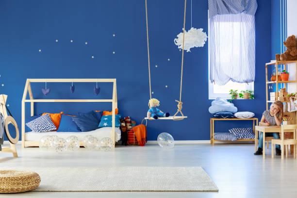 mädchen im raum zeichnen - marineblau schlafzimmer stock-fotos und bilder
