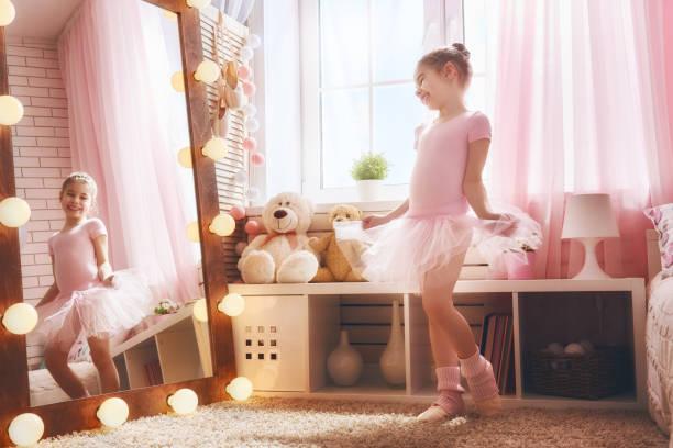 mädchen träumt davon, eine ballerina - prinzessinnen tutu stock-fotos und bilder