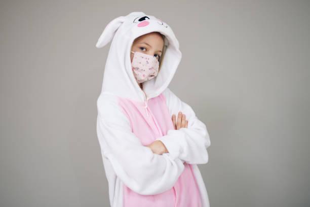 Mädchen als Osterhase Kaninchen mit Gesichtsmaske gekleidet – Foto