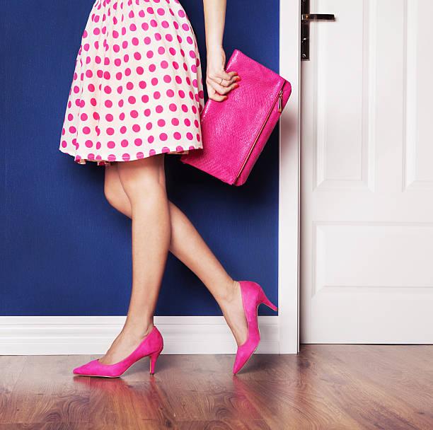 mädchen, gekleidet in rosa - neontasche stock-fotos und bilder
