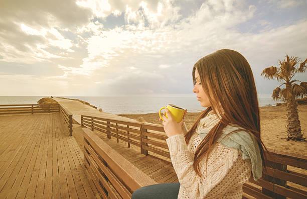Mädchen trinkt Tee in einer Tasse warmen filter angewendet – Foto