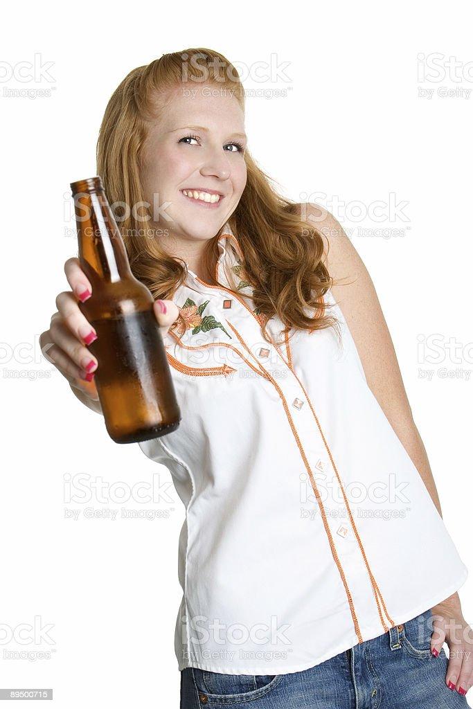 Dziewczyna picie piwa zbiór zdjęć royalty-free