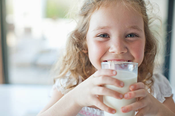 Fille boire un verre de lait - Photo