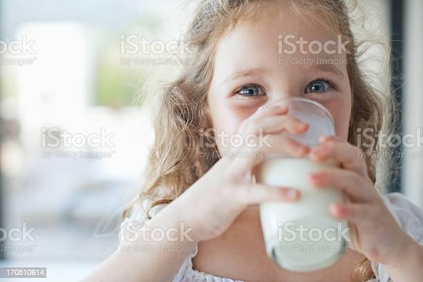 Chica Vaso De Leche Foto de stock y más banco de imágenes de 4-5 años