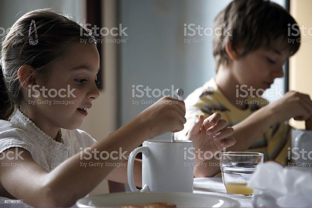 Dziewczyna picia gorącej czekolady brat za zbiór zdjęć royalty-free