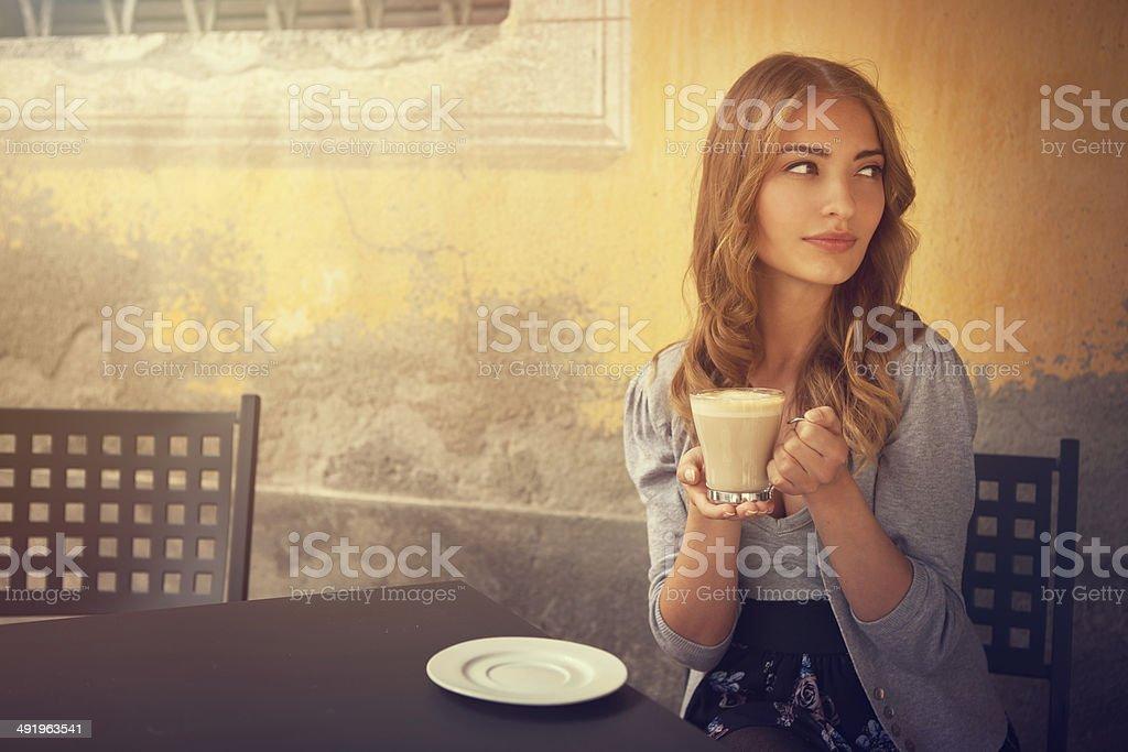 Chica bebiendo café con leche - foto de stock