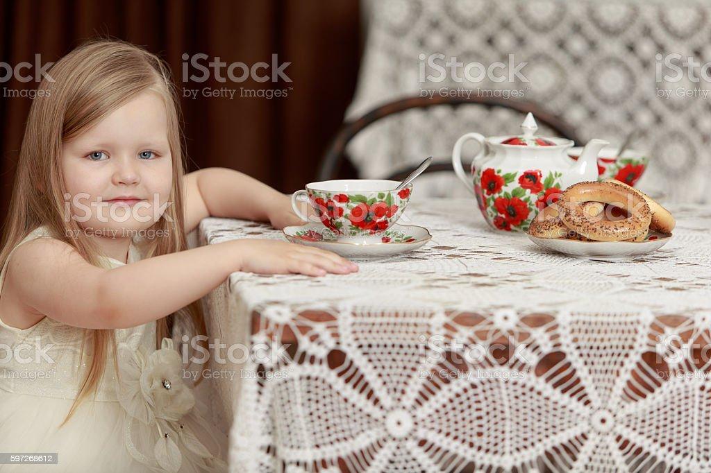 Mädchen trinken Tee Lizenzfreies stock-foto