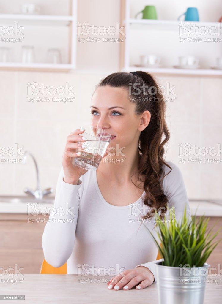 Mädchen Trinkwasser in Küche – Foto