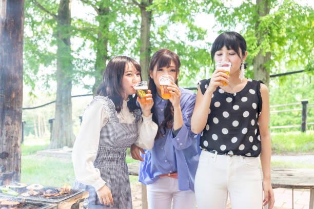 バーベキュー設備付き飲む女の子 - 特別な日 ストックフォトと画像