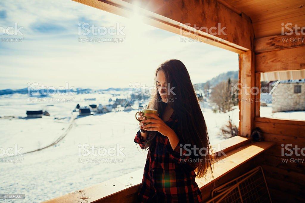 girl drinks tea on winter terrace – Foto