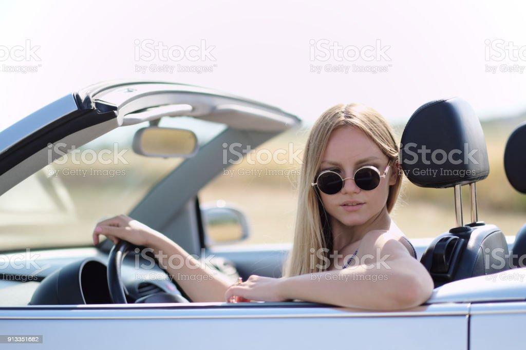 Amapola Descapotable Un Chica Verano En Conduciendo Foto Campo De LMGzqUSVp