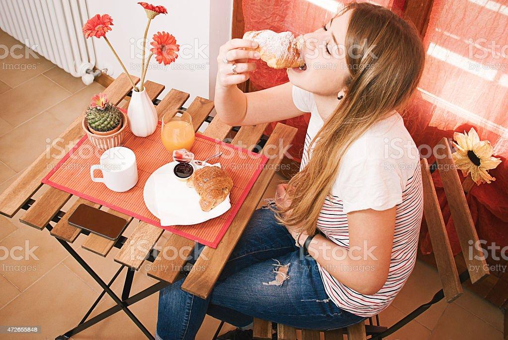 Mädchen während kontinentales Frühstück – Foto