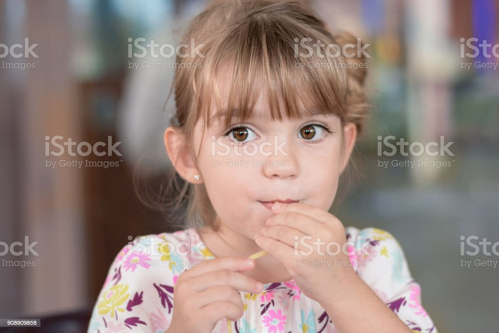 Meisje eten een noodle foto