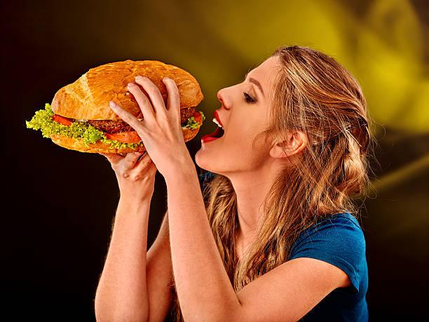 Mädchen Essen große sandwich – Foto