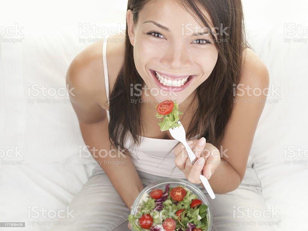 Retrato de chica comiendo ensalada saludable foto de stock libre de derechos