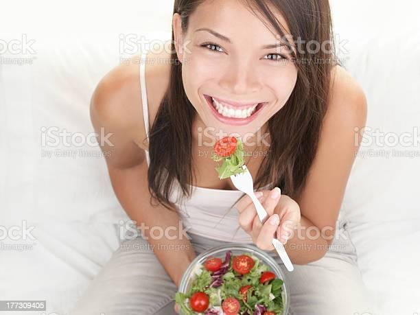 Retrato De Chica Comiendo Ensalada Saludable Foto de stock y más banco de imágenes de Comer