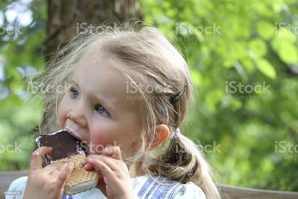 Girl eating ice cream royalty free stockfoto