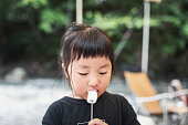 キャンプでマシュマロを食べる女の子