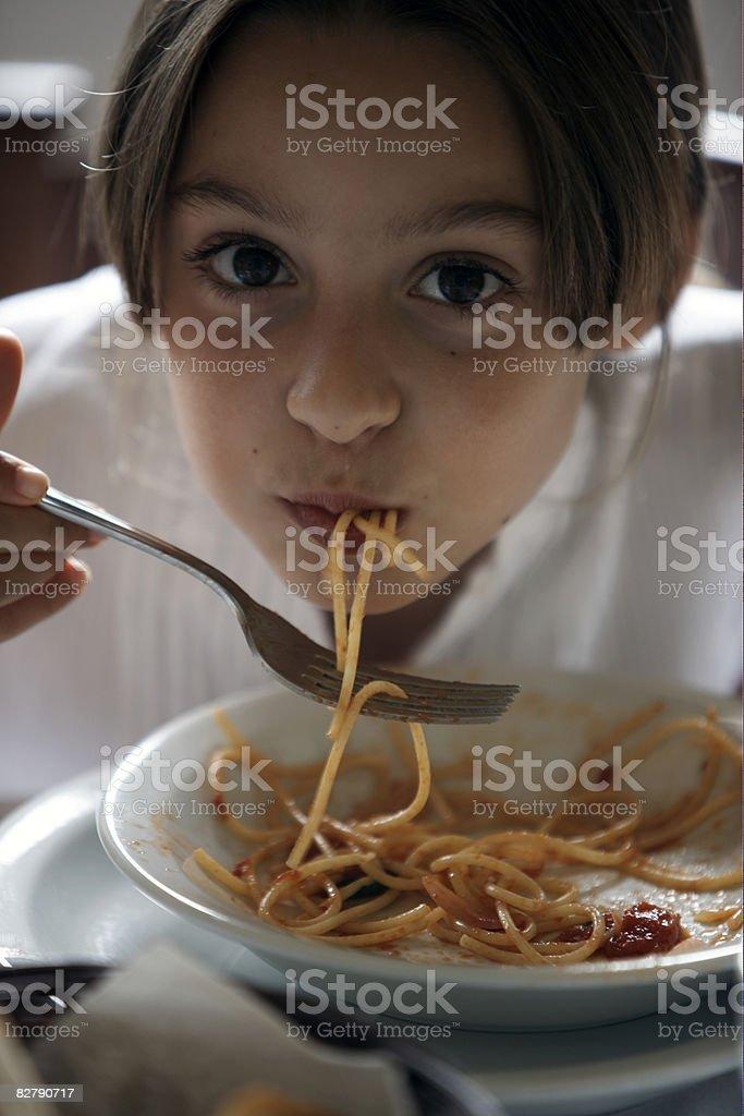 Dziewczynka jedzenie Makaron zbiór zdjęć royalty-free