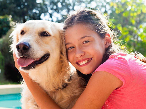 mädchen umarmen ihr hund - hunde aus dem tierheim stock-fotos und bilder