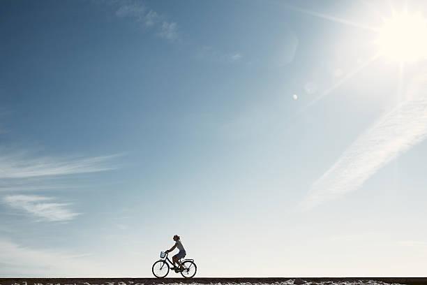 Mädchen Genießen Sie Fahrrad-silhouette – Foto