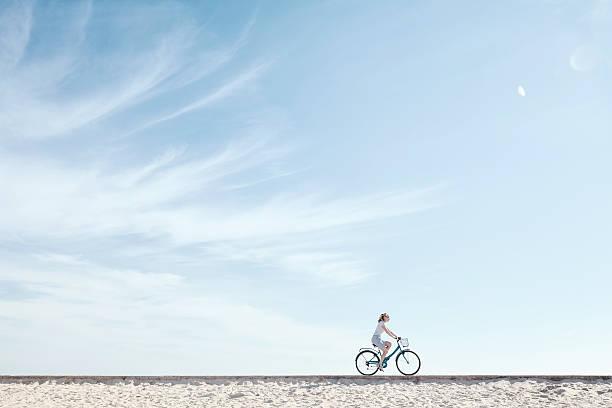 Mädchen, Genießen, Radfahren unter Himmel – Foto