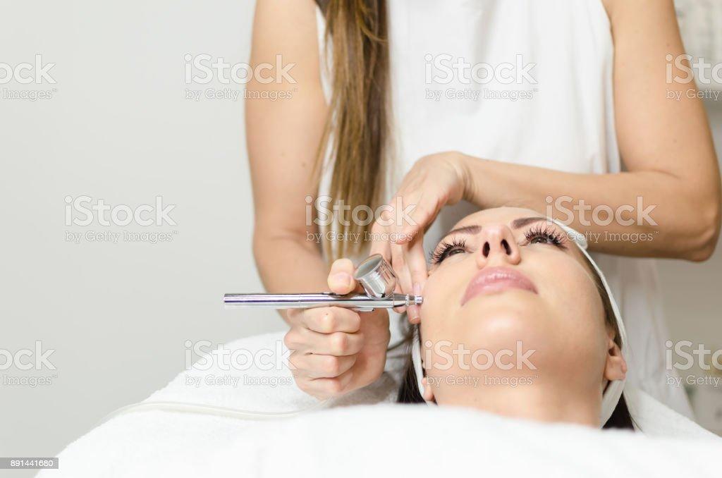 Menina, apreciando na pele do rosto de oxigênio tratamento no spa de beleza - foto de acervo