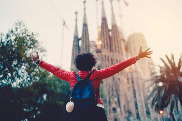 mädchen genießen sagrada familia, barcelona - ikonische frauen stock-fotos und bilder