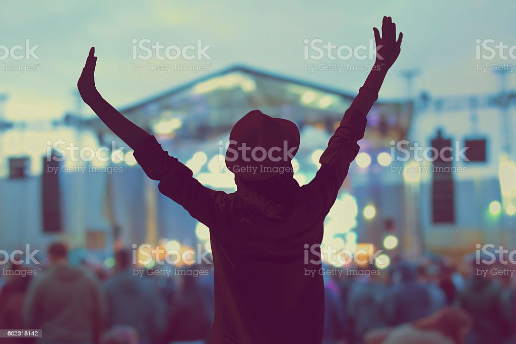Girl enjoying the music festival / concert. - foto de stock