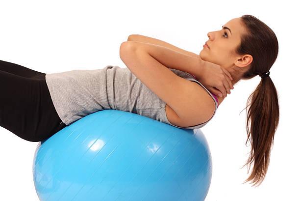 Mädchen excercising auf ein pilates-ball – Foto