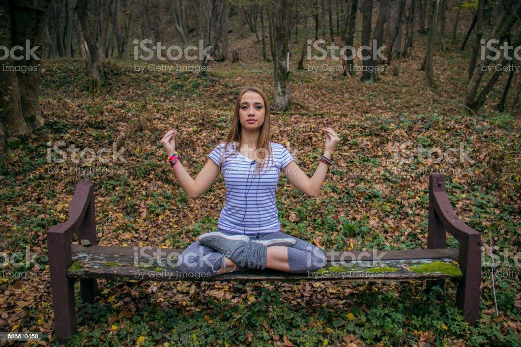 Femme faisant de l'exercice en plein air photo libre de droits
