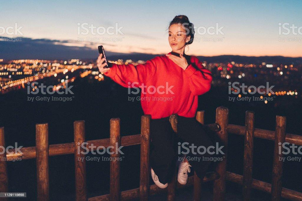 探索巴賽隆納的女孩 - 免版稅20多歲圖庫照片