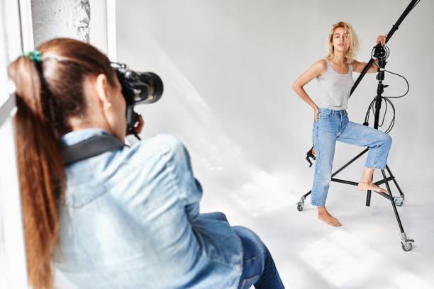 Mädchen-Mode-Fotograf arbeitet im Studio – Foto