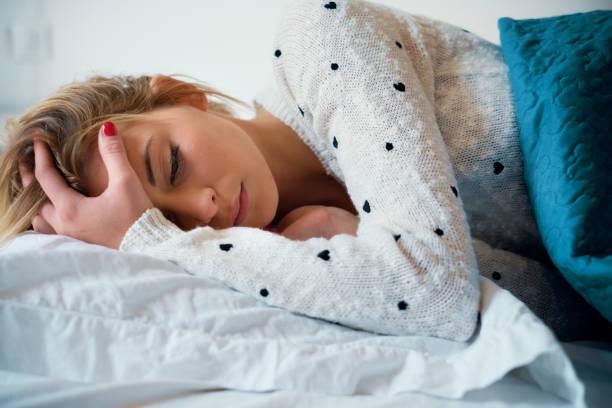 Mädchen schlecht fühlen und versucht zu schlafen – Foto
