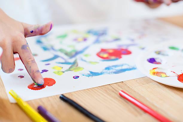 girl finger painting - fingerfarben stock-fotos und bilder